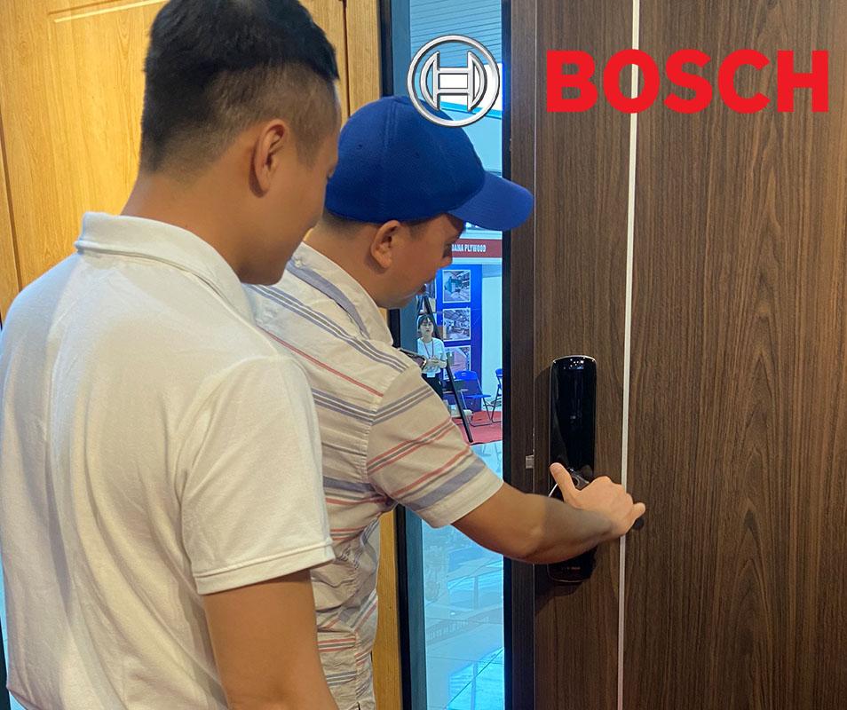 khách hàng trải nghiệm khóa cửa điện tử Bosch